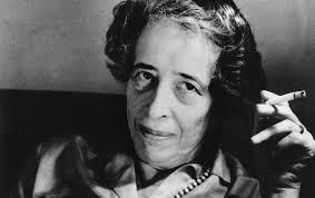 """A autora de origem judia, perseguida pelo regime de Adolf Hitler, construiu uma obra fundamental para a compreensão da política e da condição humana. Nascida em Hannover, na Alemanha, em 14 de outubro de 1906, de origem judaica, foi batizada como Johanna Arendt. Tendo perdido o pai com sete anos incompletos, mostrou-se precoce ao tentar consolar sua mãe, Martha Arendt: """"Pense - isso acontece com muitas mulheres"""", teria dito a menina, para espanto da viúva. Recebeu da mãe, que tinha simpatia por ideias da social-democracia, uma educação marcadamente liberal. Ainda na adolescência, teve contato com a obra de Kant. Aos dezessete anos, abandonou a escola por questões disciplinares. Transferiu-se para Berlim, onde estudou teologia e a filosofia do dinamarquês Soren Kierkegaard. Em 1924, passou a frequentar a universidade de Marburg. Ali permaneceu um ano, durante o qual assistiu aulas de Filosofia com Martin Heidegger - com quem manteve, em seguida, um relacionamento amoroso complicado - e Nicolai Hartmann; teologia protestante com Rudolf Bultmann; e grego. Arendt formou-se em Filosofia em Heidelberg. Em 1929, época da recessão mundial provocada pela quebra da Bolsa de Nova York, Arendt mudouse para Berlim, com uma bolsa de estudos. Com a ascensão do nazismo ao poder, em 1933, ela foi para a capital francesa, onde conheceu grandes intelectuais, a exemplo do filósofo e escritor Walter Benjamin. Na ocasião, trabalhou como secretária da baronesa Rotschild, de uma tradicional família de banqueiros. Na Segunda Guerra Mundial (1939-1945), quando o governo da França cooperou com os invasores alemães, a judia Hannah foi mandada a um campo de concentração, como """"estrangeira suspeita"""". Todavia, conseguiu fugir para Nova York, onde chegou em 1941. Exilada e apátrida (perdeu a nacionalidade alemã), permaneceu dez anos sem direitos políticos, obtendo a cidadania estadunidense em 1951. Nos Estados Unidos, Hannah trabalhou em várias organizações judaicas e editoras, como a Schoken Book"""