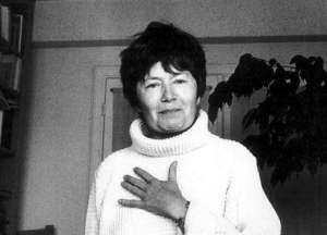 """Luce Irigaray é uma filósofa e feminista belga. Destaca-se no estudo do feminismo francês contemporâneo e em filosofia européia. É uma pensadora interdisciplinar cujos trabalhos se dividem entre filosofia, psicanálise e linguística. Obteve um mestrado da Universidade de Louvain em 1955. Lecionou no ensino médio em Bruxelas de 1956 a 1959. No início da década de 1960 mudou-se para a França, onde obteve o mestrado em Psicologia junto à Universiade de Paris em 1961. No ano seguinte diplomou-se em Psicopatologia. Retornou à Bélgica onde trabalhou para a Fondation Nationale de la Recherche Scientifique (FNRS), de 1962 a 1964, após o que passou a trabalhar como Assistente de Pesquisa junto ao Centre National de la Recherche Scientifique (CNRS) em Paris, vindo a se tornar Diretora de Pesquisas. Ainda na década de 1960 participou de seminários psicanalíticos de Jacques Lacan, com quem estudou análise. Em 1968 alcançou um doutorado em Linguística. De 1970 a 1974 lecionou na Universidade de Vincennes. Nesta fase, Irigaray foi membro da École Freudienne de Paris, dirigida por Lacan. Em 1969 dedicou-se à análise de Antionette Fouque, uma líder do Movimento de Liberação Feminina da época. Sem se ligar a qualquer grupo feminista, envolveu-se na demonstração de medidas anticoncepcionais e na defesa dos direitos de aborto. Recebeu convites para ministrar seminários e falar em conferências por toda a Europa, muitas delas tendo sido publicadas. No segundo semestre de 1982, Irigaray assumiu a cadeira de Filosofia na Universidade Erasmo em Rotterdam, tendo a sua pesquisa à época conduzido à publicação de """"Uma ética da Diferença Sexual"""", o que contribuiu para firmar a sua reputação como filósofa no continente. O trabalho de Irigaray influenciou o movimento feminista na França e na Itália por várias décadas. Desde a década de 1980 tem se manifestado a favor do movimento comunista italiano, por meio de visitas e aulas naquele país. Nessa década conduziu pesquisa no Centre National de la R"""
