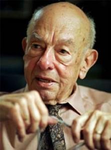 """Nascido nos EUA, em 1908, QUINE estudou em Harvard com ALFRED NORTH WHITEHEAD, célebre filósofo de lógica e de matemática. Ali também conheceu o inglês BERTRAND RUSSELL que se tornou um referencial importante para o seu ideário. Em 1932 completou o seu Doutorado e viajou pela Europa onde travou novos conhecimentos com intelectuais importantes, dentre os quais os que compunham o renomado """"Círculo de Viena"""". Ao retornar, iniciou a sua carreira de professor na mesma Harvard, mas a sua trajetória foi interrompida pela deflagração da 2ª Guerra Mundial, da qual ele participou decifrando códigos dos inimigos. Onze anos depois do armistício, em 1956, voltou a lecionar em Harvard e de lá só se desligou ao falecer com 92 anos."""